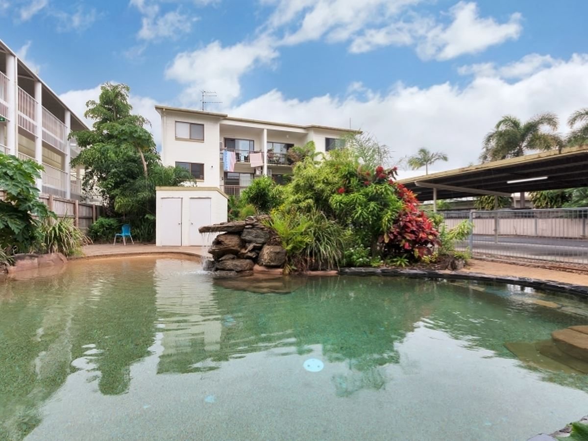 GROUND FLOOR APARTMENT & RIGHT BY THE POOL! PERFECT LIVING