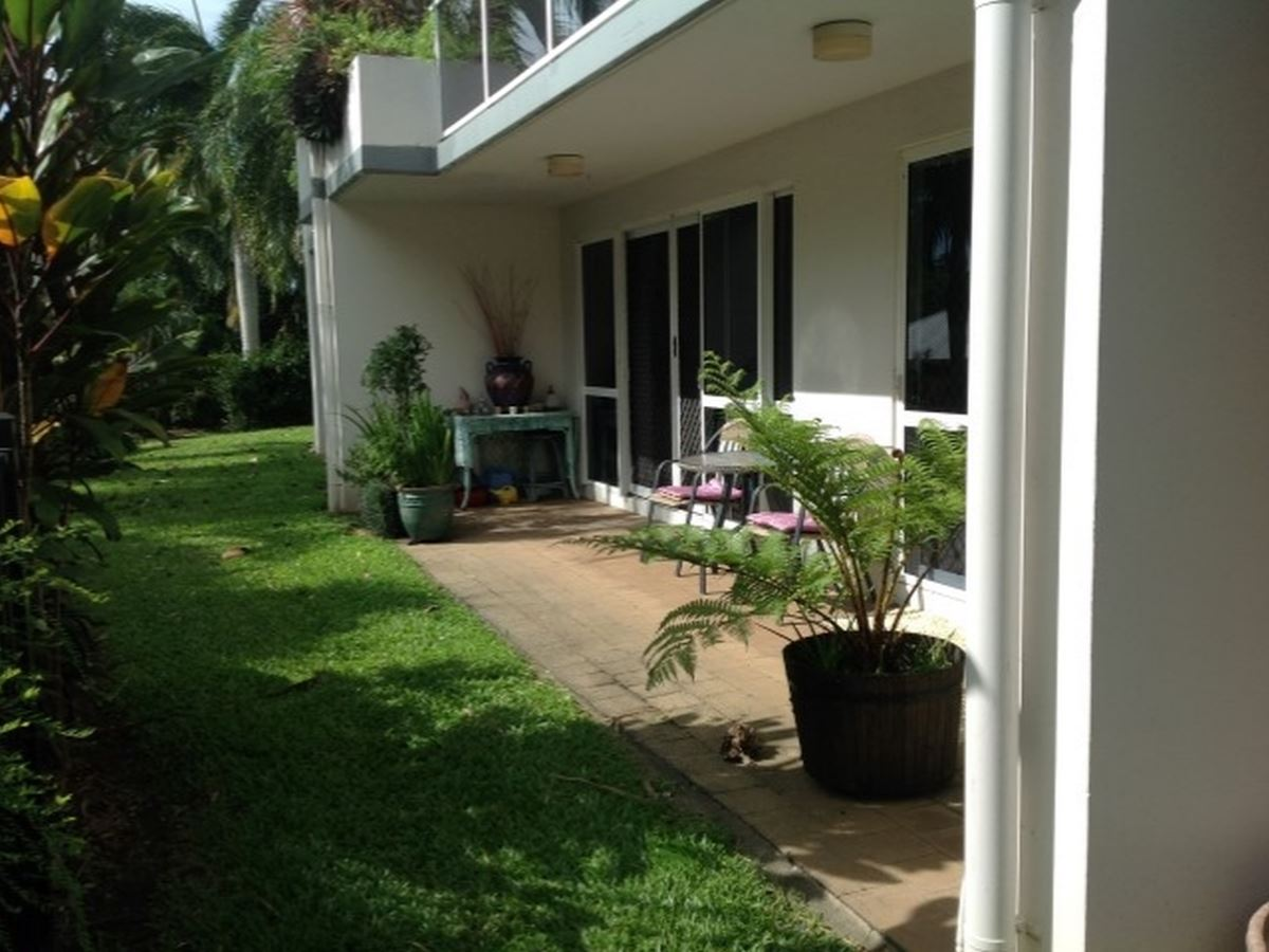 PALM COVE POCKET PLEASER – RESORT STYLE LIVING - A FEW HUNDRED METRES TO THE BEACH!