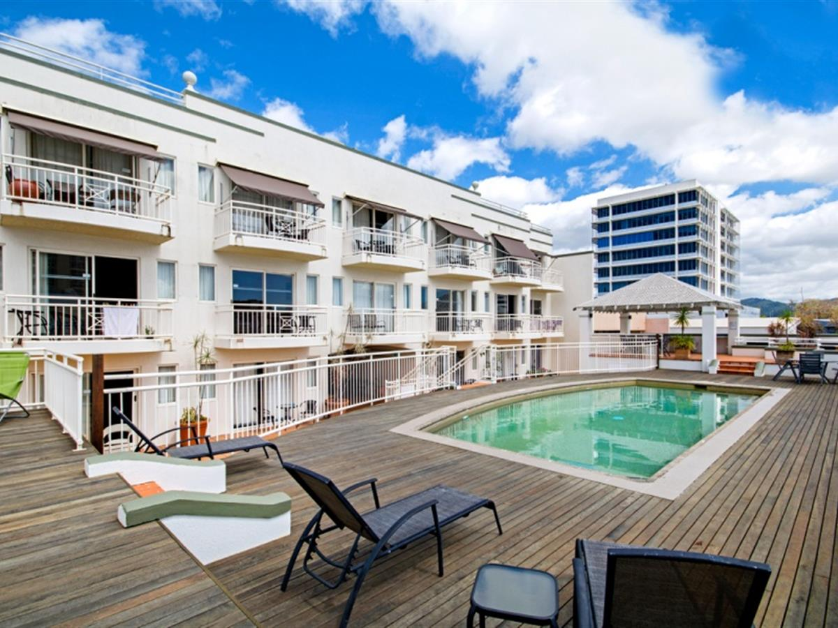 CITY LIVING!! GREAT LOCATION WALK TO EVERYTHING CAIRNS HAS TO OFFER...FURNISHED TOO!