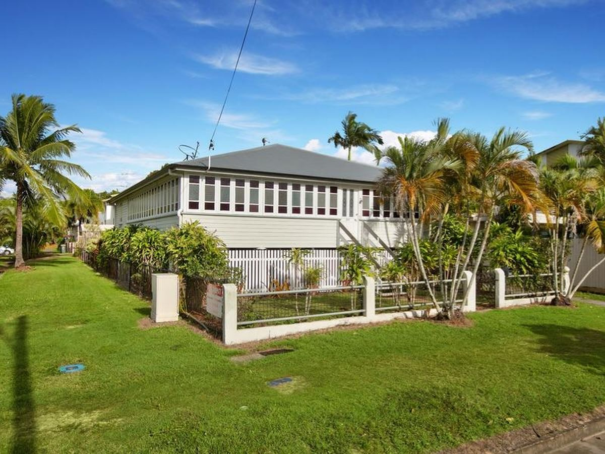 Handy to Cairns Airports , Hospital and CBD: an ideal share house for young professionals and families alike..